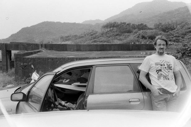我外國朋友,他會做培根也喜歡衝浪。注意看車子裡面,板子好多和都不一樣