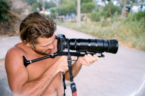 台東朋友 Josh, 他不是在拿槍,是拿照相機